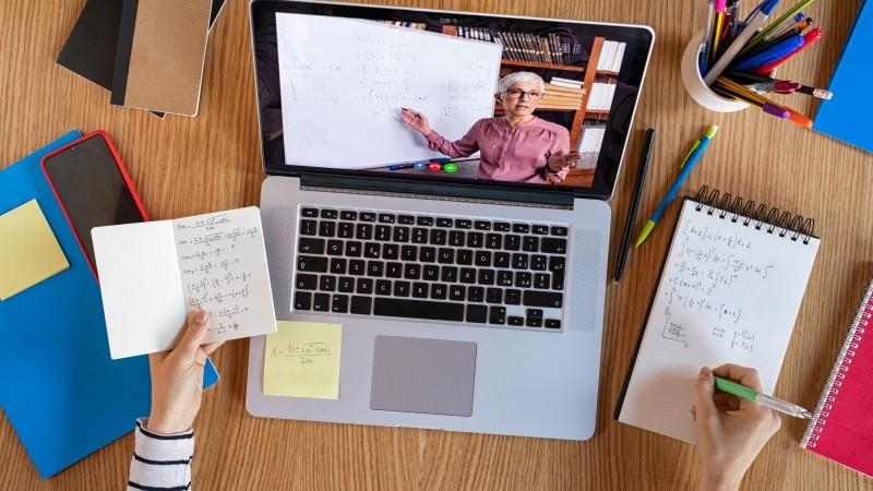 учитель проводит собрание онлайн